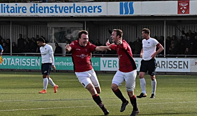 Niek Ossevoort (rechts) viert zijn treffer samen met Max van Steen. | Foto: PR