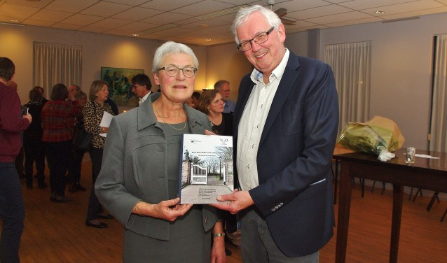 Woensdagavond 6 maart heeft Rianne Meester, voorzitter van de VOO het rapport van de commissie Genealogie aangeboden aan Rien van Elsacker, voorzitter van de Stichting Begraafplaats Groene Kerk.   Foto's Willemien Timmers