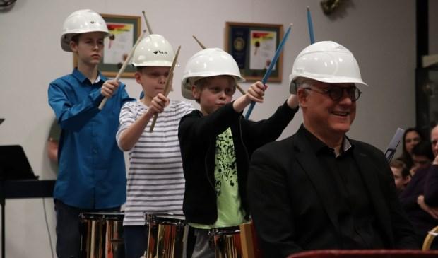 Wethouder Sjaak van den Berg is onderdeel van het optreden van de leerlingen. | Foto: pr.
