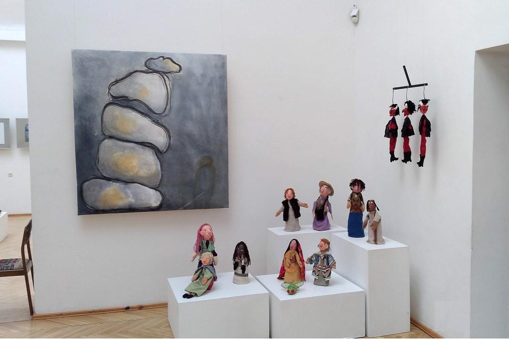 Werk van Muriel ten Cate (grote schilderij) en Asja Schalekamp (poppen.  © uitgeverij Verhagen