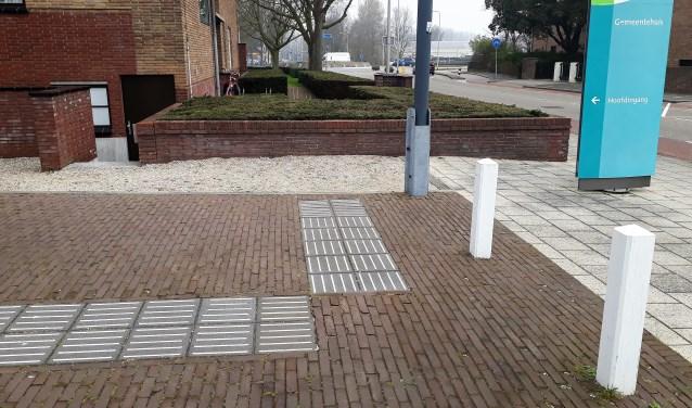 Op enkele locaties in Katwijk zijn blindegeleidenlijnen, zoals bij het gemeentehuis. | Foto: SKvD