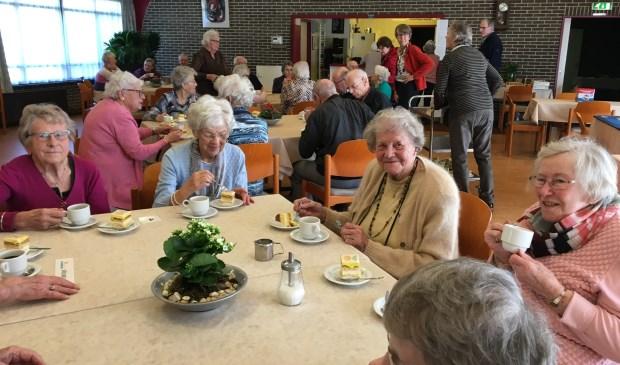 De bezoekers van de Zonnebloemmiddag genieten van een kopje koffie en petit fours. | Foto: pr.
