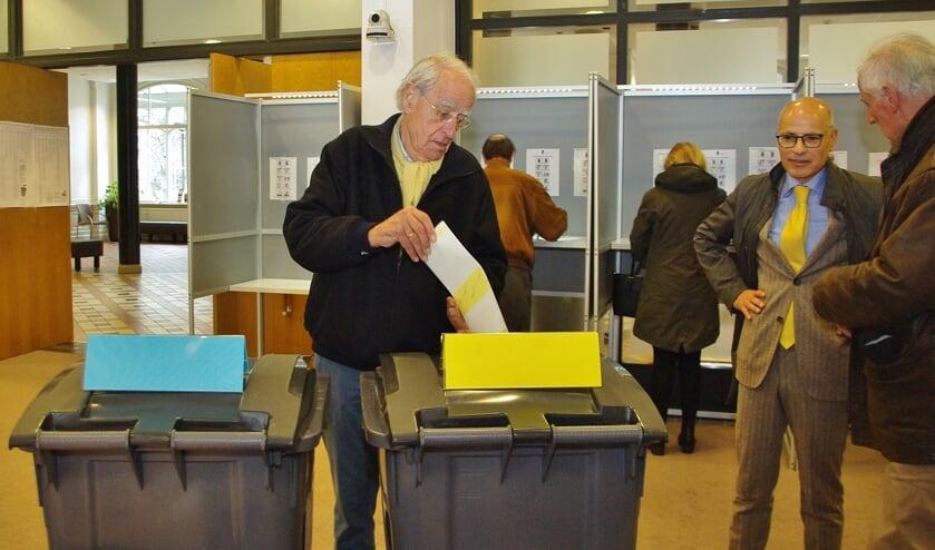 Traditiegetrouw kent de gemeente Oegstgeest een hoge opkomst bij verkiezingen. In het gemeentehuis werd vanmorgen druk gestemd, en kwam burgemeester Jaensch het stembureau een kort bezoek brengen.