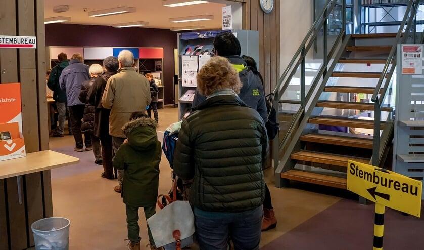 Een rij wachtenden in het stemlokaal in de Leiderdorpse bibliotheek. De opkomst voor de Provinciale Statenverkiezingen was in Leiderdorp met ruim 61 procent beduidend hoger dan vier jaar geleden.