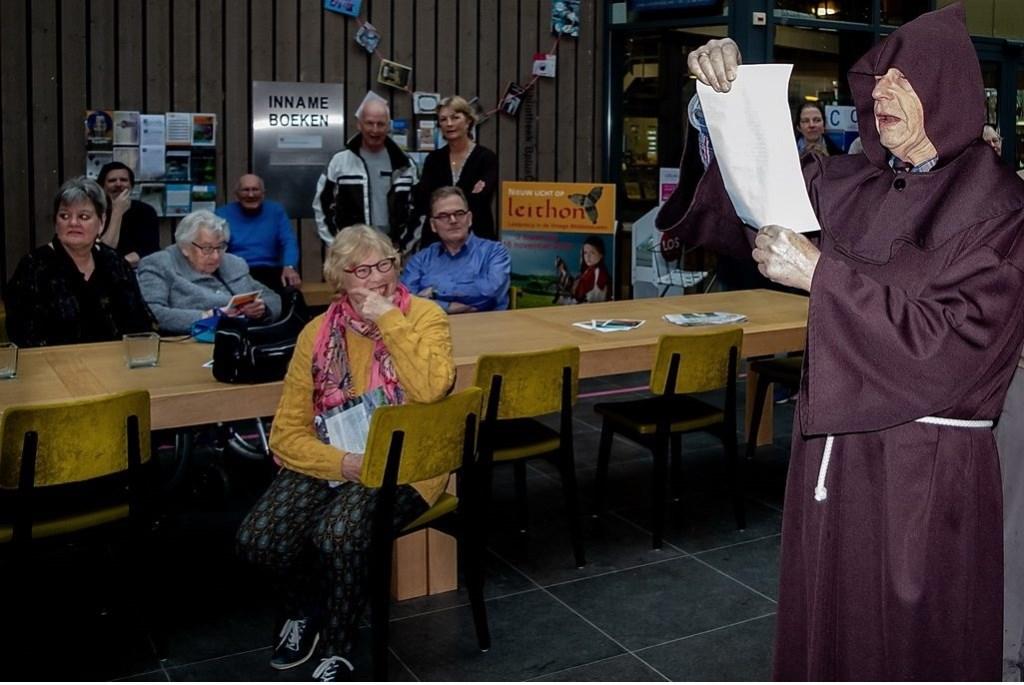 Zondagmiddag werd de tentoonstelling voor het publiek geopend door Alcuinus, de rechtsgeleerde aan het Hof van Karel de Grote (een fraaie rol van Voorzitter Bob Reidsma van de Stichting Leiderdorps Museum).  Foto: J.P. Kranenburg © uitgeverij Verhagen