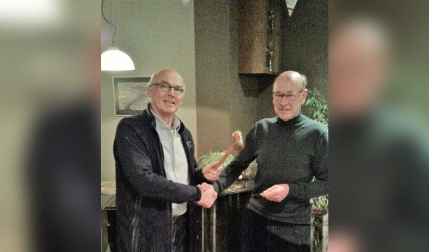 Marius de Jong (links) neemt de voorzittershamer over van Henk Emmerik. | Foto: pr./Cas Juffermans