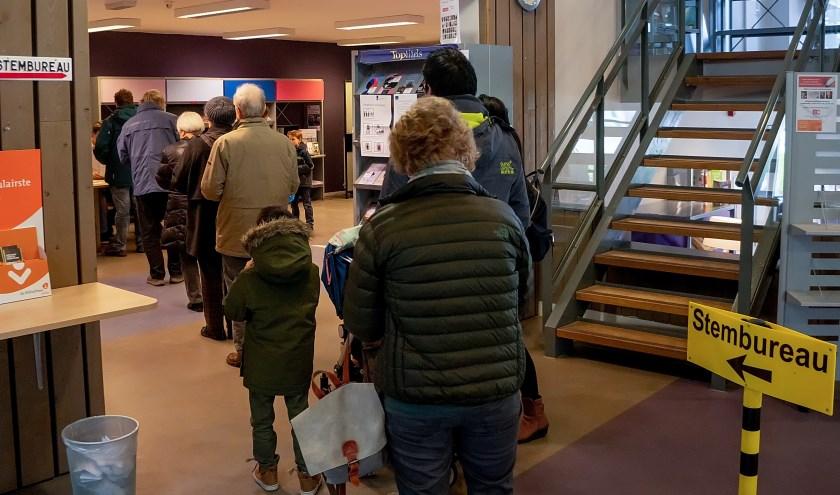 In de rij om te stemmen in de Leiderdorpse bibliotheek