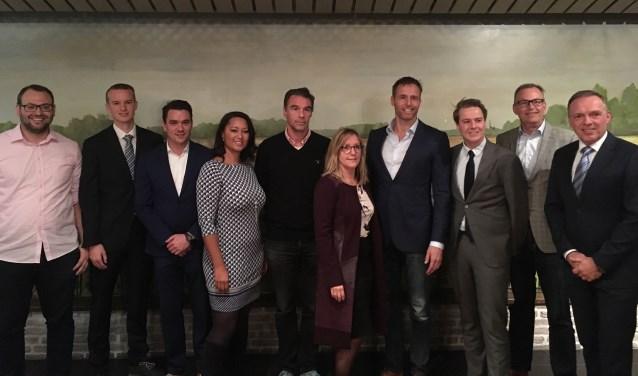Caroline Stam-Overhof (vierde van links) moet haar taken in de gemeenteraad neerleggen. Rolf Duindam (derde van links) neemt haar plek in. | Foto: archief