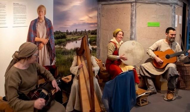 Muziekgroep Anderfolk speelt middeleeuwse muziek bij het nagebouwde Merovingische huisje dat onderdeel is van de tentoonstelling. | Foto: J.P. Kranenburg