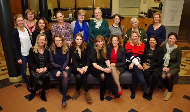 Veel politica's uit Oegstgeest kwamen vorig jaar op Internationale Vrouwendag in het gemeentehuis bijeen voor een informeel samenzijn met brainstorm-sessies. Dit jaar is er een borrel in De Gouwe.| Archieffoto Willemien Timmers