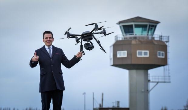 Wethouder Gerard Mostert, op locatie Valkenburg met een drone van Aerialtronics, gevestigd in Unmanned Valley Valkenburg.