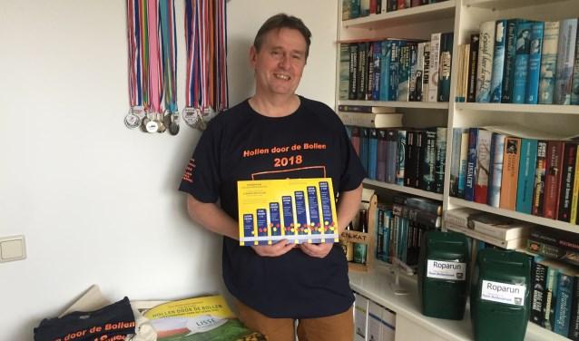 Dave van der Wijngaard met een sponsorbord waarop de verschillende sponsorvormen staan.   Foto: EA