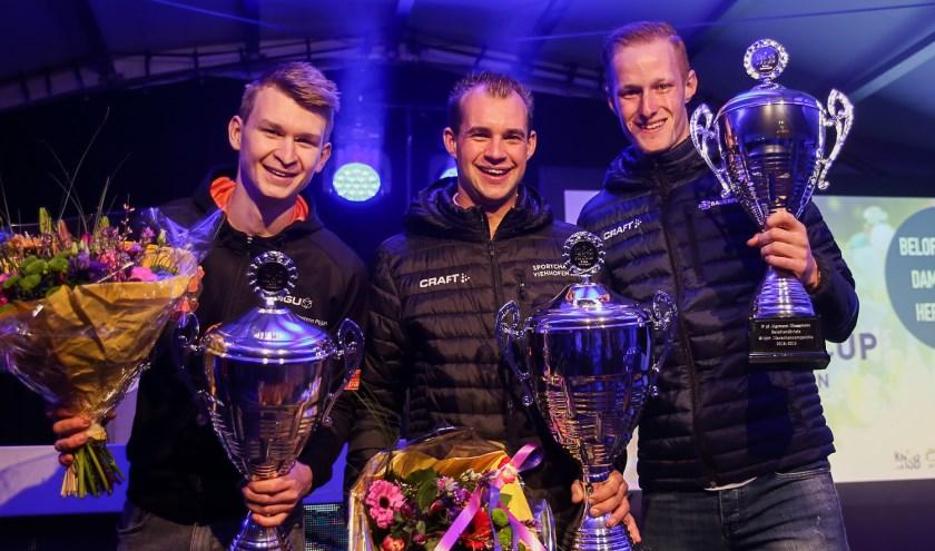Leander van der Geest (m) op het hoogste podium, met nummer twee Casper de Gier (l) en Ruud Slagter.