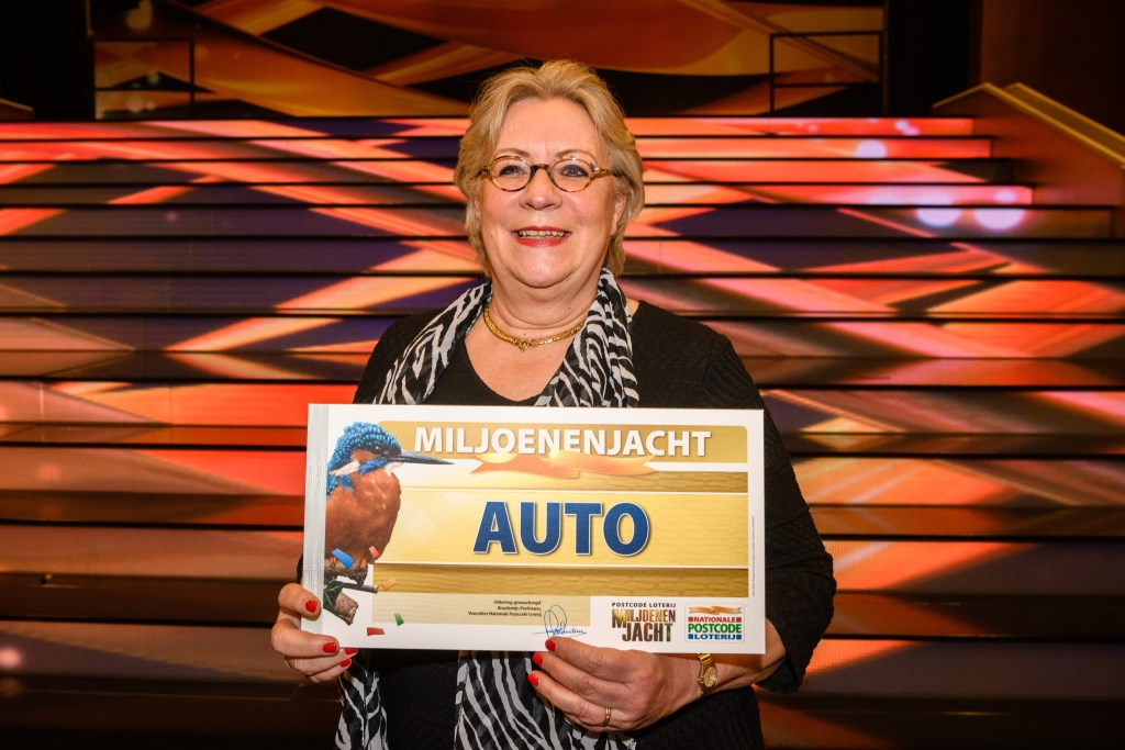 Lida uit Oegstgeest won een gloednieuwe auto in eerste show Postcode Loterij Miljoenenjacht van dit voorjaar. | Foto Roy Beusker Fotografie Foto: PR © uitgeverij Verhagen