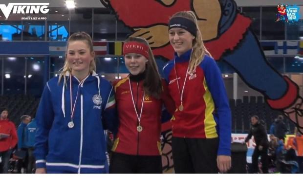 Patricia Koot (m) met de gouden medaille op de 500 meter. Meike Veen (r) wordt derde.