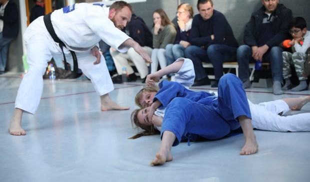Judoka's in het grondgevecht tijdens het Newazetoernooi bij Kaizen.