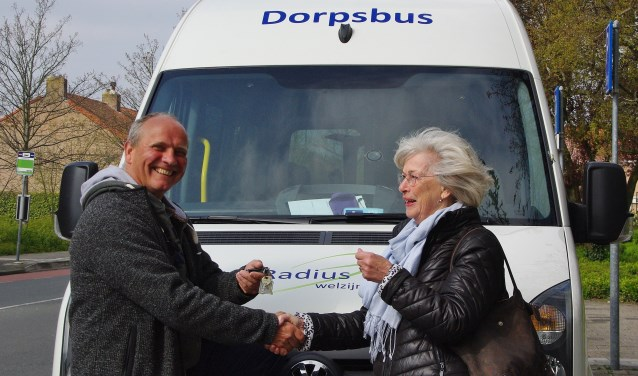 Afgelopen maandag namen de vrijwilligers de vernieuwde bus feestelijk in gebruik, en overhandigde de stichting Vrienden Welzijn Ouderen Oegstgeest de sleutels van de bus aan één van de vrijwillige chauffeurs, Albert van Tongeren.   Foto's Willemien Timmers