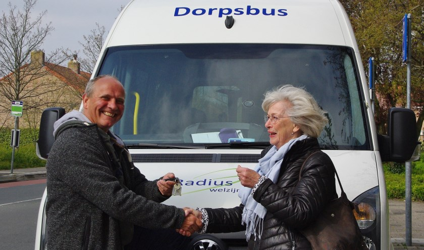 Afgelopen maandag namen de vrijwilligers de vernieuwde bus feestelijk in gebruik, en overhandigde de stichting Vrienden Welzijn Ouderen Oegstgeest de sleutels van de bus aan één van de vrijwillige chauffeurs, Albert van Tongeren. | Foto's Willemien Timmers