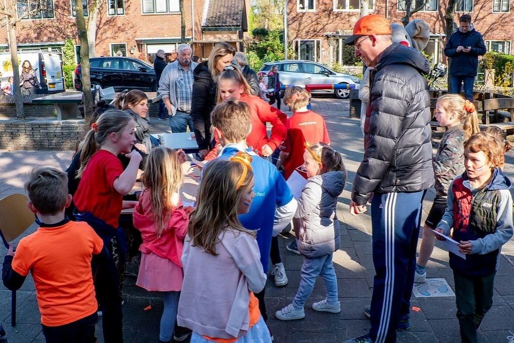 Bij de Koningin Julianaschool werden de Koningsspelen ingevuld met een sponsorloop voor de Cliniclowns.  Foto: J.P. Kranenburg © uitgeverij Verhagen