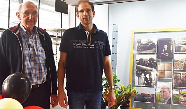 Wim Vianen en zoon Klaas Jan bij de fotovitrine.