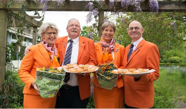 Een deel van het bestuur van de Oranjevereniging Leiderdorp met bloemen en versnaperingen voor de bewoners van Leythenrode.