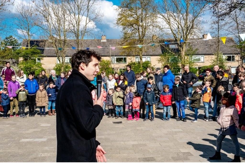 Directeur Roel Sarneel houdt een toespraak voorafgaand aan de officiële opening van het schoolplein. Foto: J.P. Kranenburg © uitgeverij Verhagen