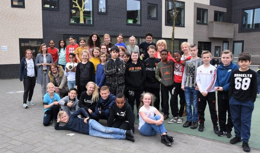 Basisschool de Springplank met li. zittend journalist Marieta Kroft  Leidsch Dagblad en re. achter Teuntje van Delft de Leidenaar. | Foto: Emile van Aelst.