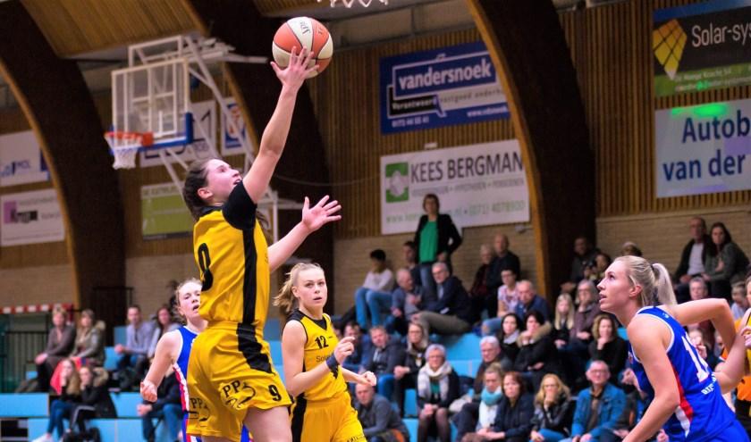 Mia Hordijk in actie in de gewonnen wedstrijd tegen Binnenland.