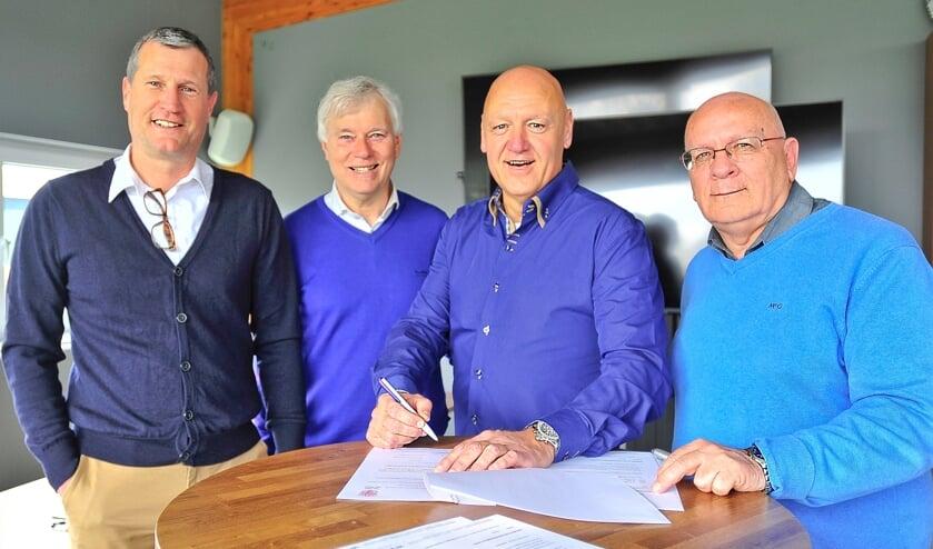 Op de foto van links naar rechts teammanager Bert Siera, voorzitter van RCL Dick van der Bijl, trainer John van der Meer en penningmeester Arnold Staal.