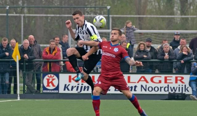 Stef van der Zalm van SJC in duel met Joey Ravensbergen. | Foto: Johanna Wever
