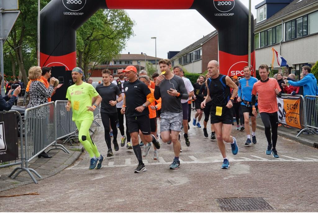 De start van de Engelse mijl met links (in het geel) de latere winnaar Maurice Pieterson. Foto: Corrie van der Laan © uitgeverij Verhagen
