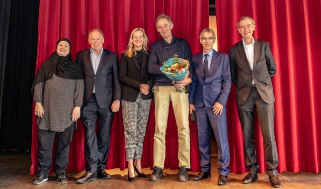 Huig van Duin (met bloemen) is uitgeroepen tot conciërge van het jaar 2019. | Foto Wil van Elk