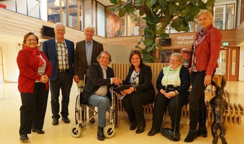 Voorzitter Hein van de Zande overhandigt het jaarverslag aan wethouder Angelique Beekhuizen. Verder v.l.n.r. op de foto adviesraadleden Babs Banning (vice voorzitter), Jan van Gorp, Matthijs Landsmeer en Wies Dahmen, en Astrid Selier (ondersteuning).   Foto: C. v.d Laan