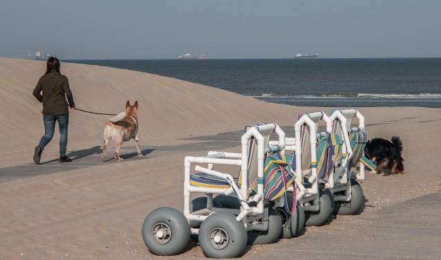De nieuwe strandrolstoelen staan onder andere bij Strandhuys Katwijk al klaar voor gebruik .