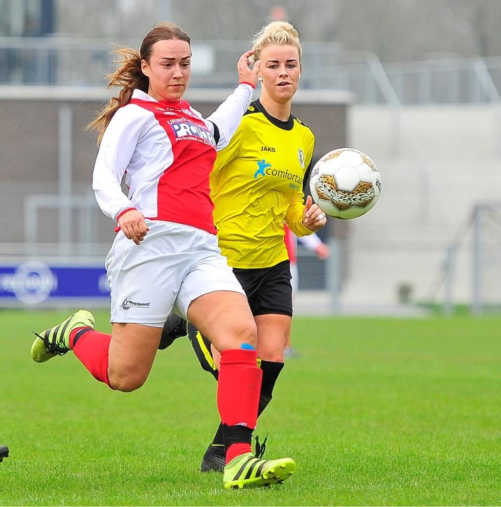 Yara Haasnoot van RCL is Britt van der Gulik voorbij en scoort de 1-0 voor RCL. Foto: Gert Jan van Heyningen © uitgeverij Verhagen