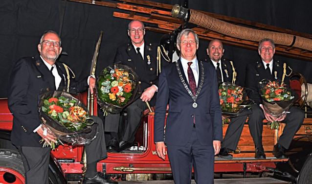 Van links naar rechts Peter Maagdelijn, Dirk Spaargaren, burgemeester Cornelis Visser, Jan van Duijn en Willem van der Bent. | Foto: Piet van Kampen