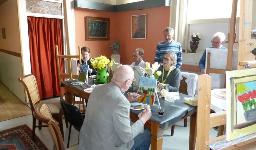 De raadsleden bewonderden hun schilderwerkjes tijdens de workshop bij Plan 4 in de Oude School.   Foto: AihV