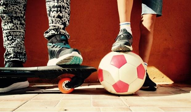 Lekker buiten spelen, voetballen, kunstjes met je skateboard doen, stoepkrijten: het kan allemaal met de Buitenspeeldag.