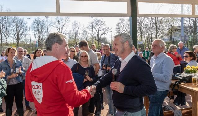 Voorzitter Dick de Groot (links) stelt Hans Bauman voor als zijn opvolger. | Foto's Wil van Elk
