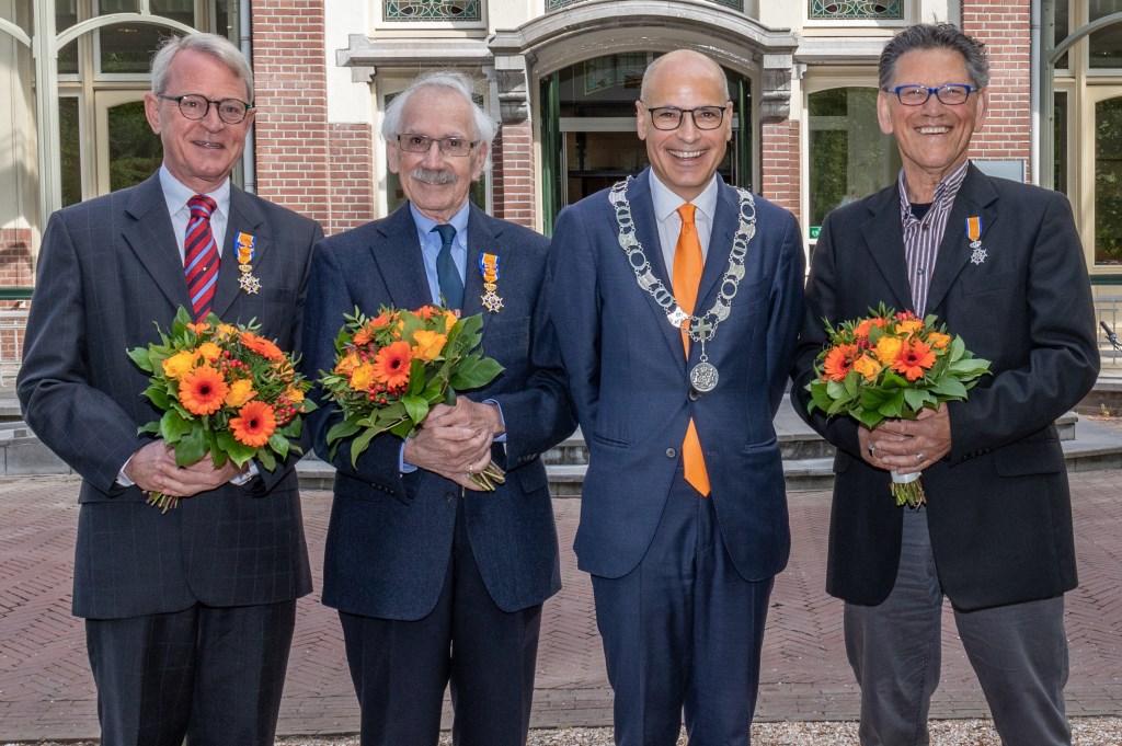 Gedecoreerden Ernst Koningsveld, Rob Demaree en Louis Weyzig met burgemeester Emile Jaensch voor het Oegstgeester gemeentehuis.