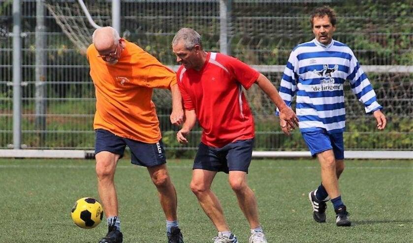 Bij walking football, bedoeld voor 55-plussers mag je niet rennen en fysiek contact wordt vermeden.