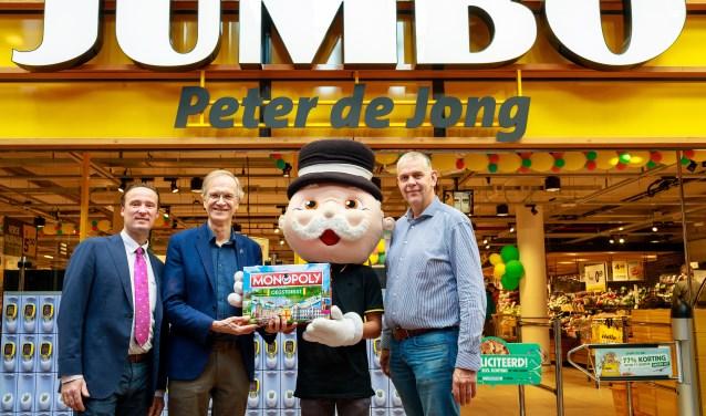 V.l.n.r. Rien de Haas, Wethouder Jan Nieuwenhuis, Mr. Monopoly en Peter de Jong.   Fotografie Jacqueline Spaans