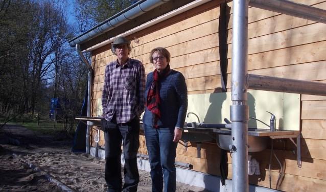 Sjoerd Adema en Truus Konermann voor hun nieuwe douche- en toiletgebouw. | Foto: Piet de Boer