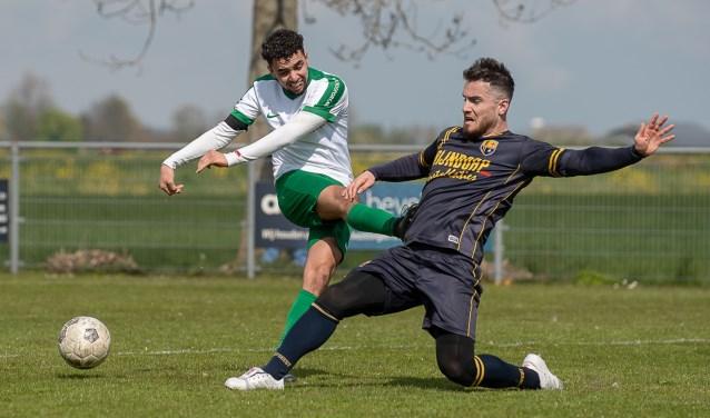 Özcan Bayram blokt een schot van Aarlanderveen. | Foto lichtenbeldfoto.nl