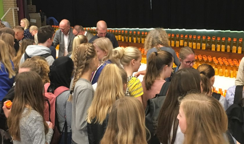 Leerlingen van het Vakcollege Rijnmond halen gratis navulbare flesjes op bij de organisaties die het watertappunt mogelijk hebben gemaakt.