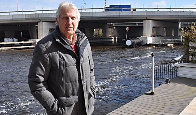 Peter Wijnen voor de hinderende brug. Foto Piet van Kampen.