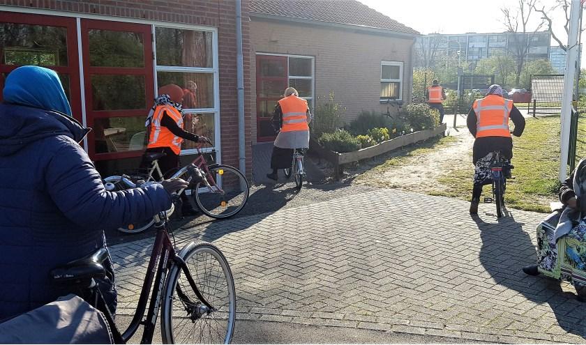 Samen leren fietsen bij IJsclub Voorwaarts. | Foto: pr