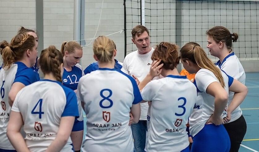 Coach Jesse van Rijn van VCS dames 1 spreekt zijn speelsters toe. | Foto: pr.