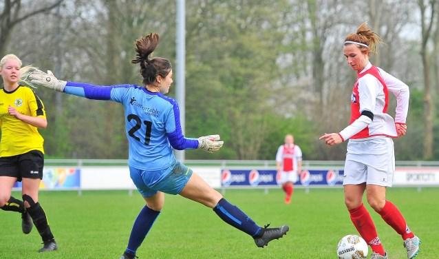 Madieke Zaad passeert met een sleepbeweging sluitpost Jana Spieker en scoort de 3-0.