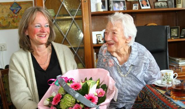 Burgemeester Lies Spruit bezocht de 102-jarige mevrouw Terwijn.